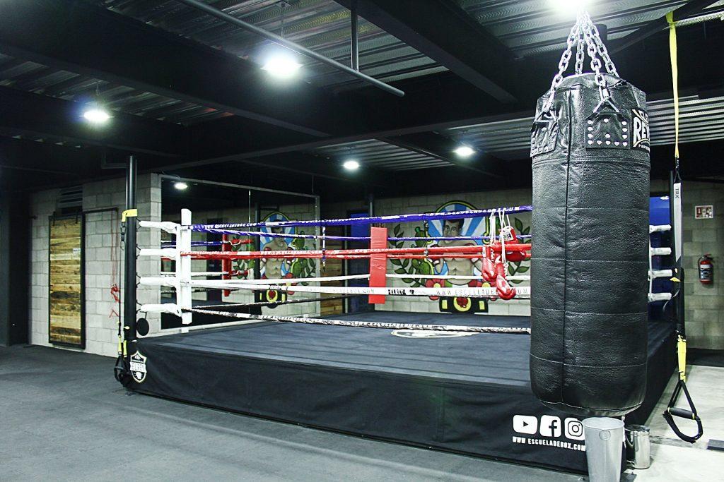 Entrada del lugar de entrenamiento de la escuela box el rey