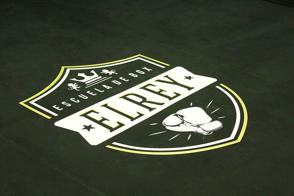 Logo en el ring de la Escuela de Box El Rey